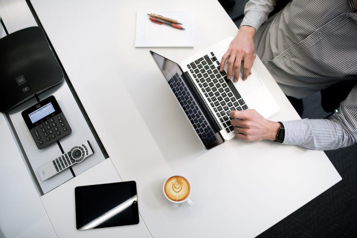 Biurko z komputerem